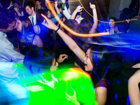 Varios jóvenes de fiesta en una discoteca