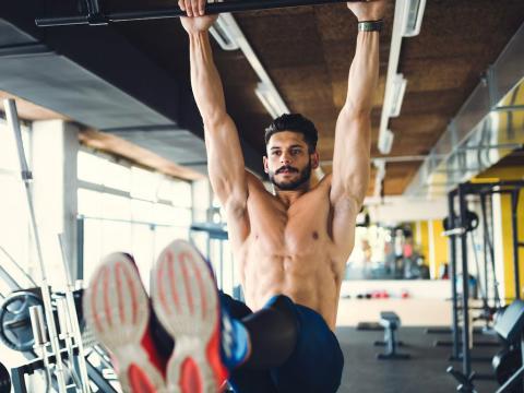 Un hombre se ejercita en el gimnasio