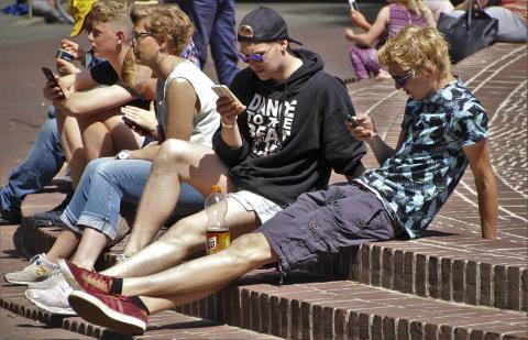Jóvenes con roaming en la calle