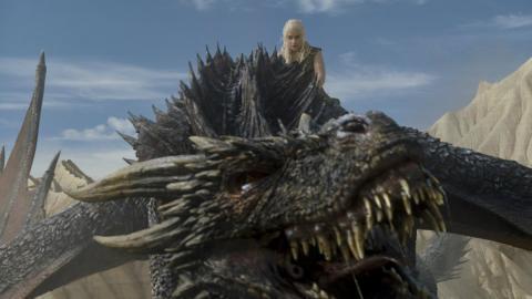Emilia Clarke caracterizada como Daenerys Targaryen