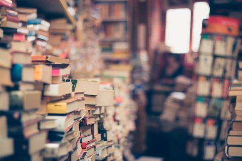 Librería con libros amontonados