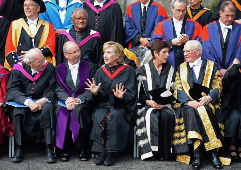 Louise Richardson junto a Hilary Clinton
