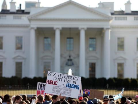 Los manifestantes se concentran frente a la Casa Blanca.