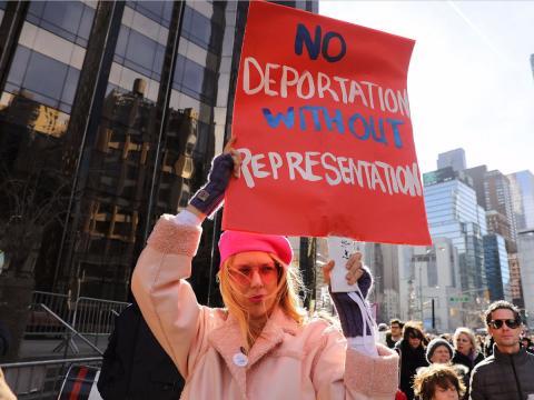 Los manifestantes también protestan contra la deportación inmigrantes.