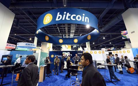 Stand de Bitcoin en una feria tecnológica
