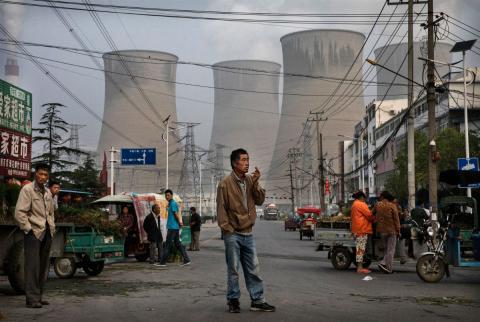 Un mercado próximo a la central de carbón y el proyecto solar en la provincia china de Anhui.