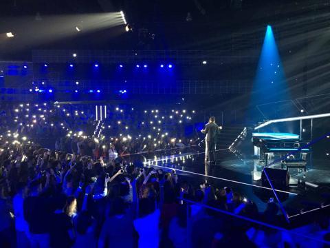 Un momento de la actuación de Alfred y Amaia con 'Tu canción' en el plató de OT 2017 durante la gala para elegir al representante en Eurovisión 2018.