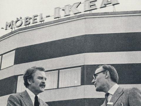 Ingvar Kamprad, a la derecha, se da la mano con el encargado de la primera tienda de Ikea, Hans Ax.