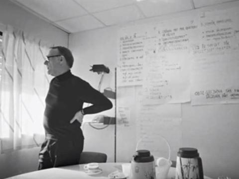 El fundador de Ikea, Ingvar Kamprad, en su estudio