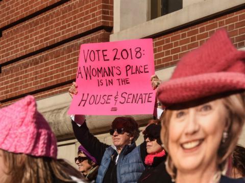 Una mujer anima a votar a las mujeres que se presenten al Congreso este año.
