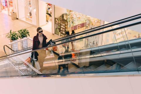 Una mujer de compras en un centro comercial.