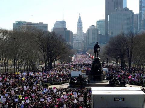 La multitud desborda las calles de Philadelphia, en Pensilvania.
