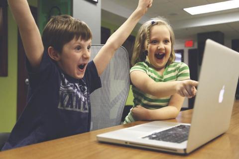 Niños y portátil de Apple