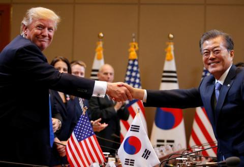El presidente de Estados Unidos, Donald Trump, junto al presidente de Corea del Sur, Moon Jae-in.