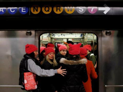 Participantes en la marcha utilizan el metro.