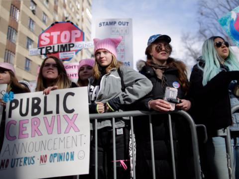 Los participantes reivindican los derechos de la mujer.