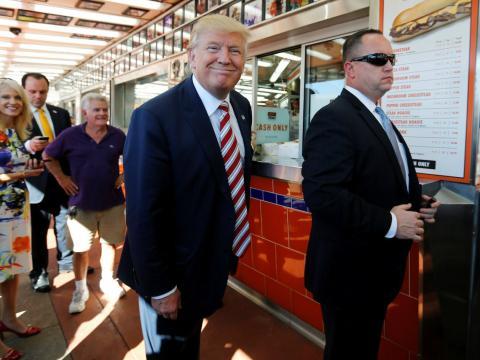 El presidente de Estados Unidos, Donald Trump, hace cola en un restaurante de comida rápida