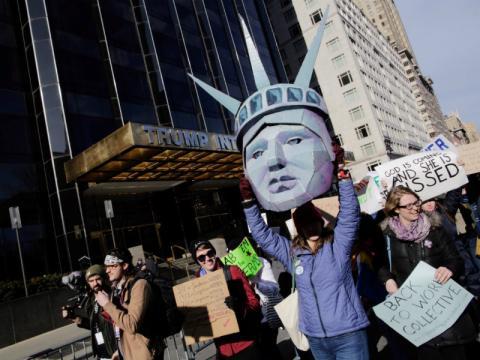 La protesta discurre frente a un edificio del emporio Trump.