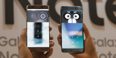 Un teléfono Samsung con la pantalla encendida.