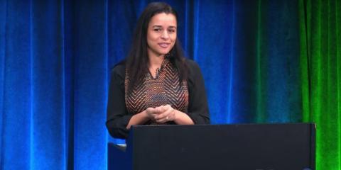 La extrabajadora de Google Sarah Cooper durante uno de sus monólogos de humor