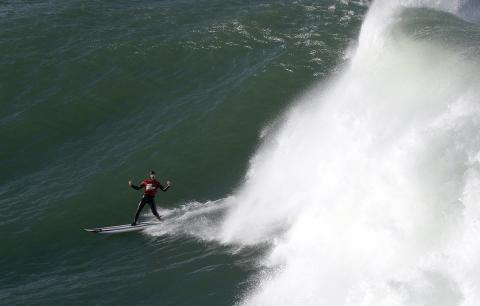 El vasco Nacho González, cabalga una ola durante la tercera manga