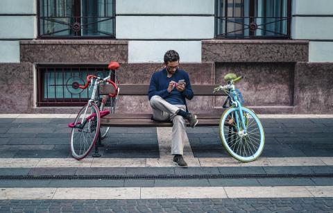 Usando el móvil en la calle