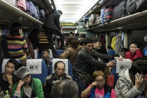 Pasajeros en un vagón de tren que sale de Pekín con destino a Chengdu.