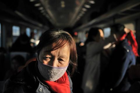 Una de las pasajeras que tienen que viajar de pie durante su trayecto en tren, debido a la falta de espacio.