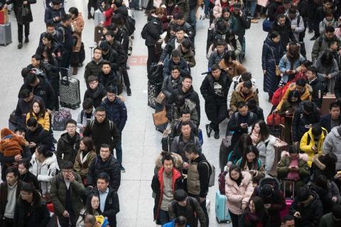 Colas infinitas de viajeros durante las migraciones masivas por el Año Nuevo Chino 2018.