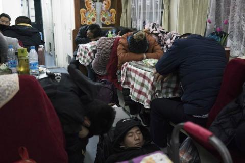 Gente durmiendo en un restaurante durante el Año Nuevo Chino.