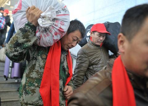 Durante el Año Nuevo Chino, los equipajes de los ciudadanos contienen numerosos regalos y comida que tan solo se vende durante el Festival de Primavera.