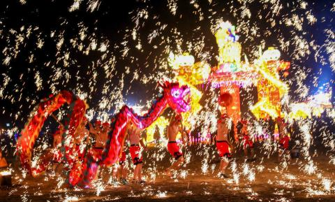 Es típico recibir el Año Nuevo Chino con dragones y fuegos artificiales.