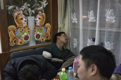 Un hombre durmiendo en un restaurante durante las migraciones masivas por el Año Nuevo Chino 2018.
