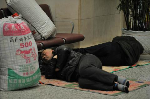 Gente durmiendo en el suelo de una estación durante las migraciones masivas por el Año Nuevo Chino 2018.