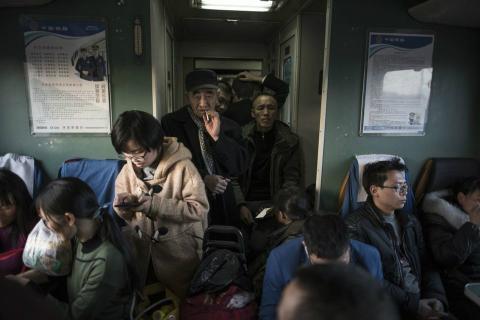 Gente entrando en un vagón de tren durante las migraciones masivas por el Año Nuevo Chino.