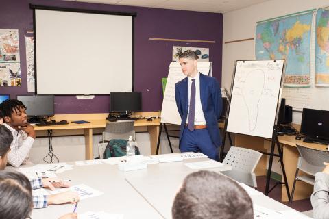 El asesor financiero Ryan Sterling imparte una clase en el centro juvenil del Bronx.