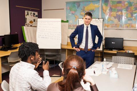 Asesor financiero imparte una clase