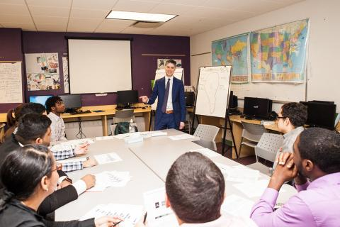 """Cuando no está trabajando el asesor financiero Ryan Sterling imparte clases de literatura financiera en el Bronx. Les dice a sus estudiantes: """"Haz lo que hacen los ricos y se consciente de donde va tu dinero""""."""