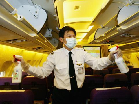 Azafato limpiando el avion