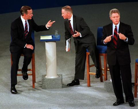 Bill Clinton durante el debate presidencial de 1992