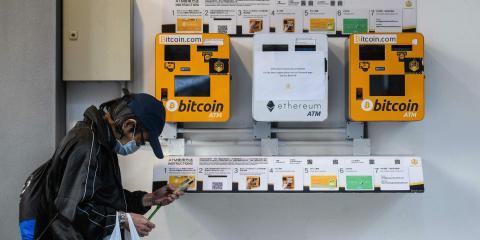 Ciudadano chino operando en un cajero de Bitcoin.