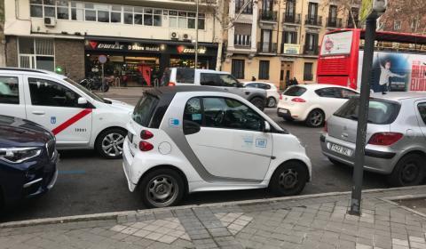 Si no hubiera sido un Smart, aparcar en este espacio cerca de Atocha, hubiera sido bastante más difícil.