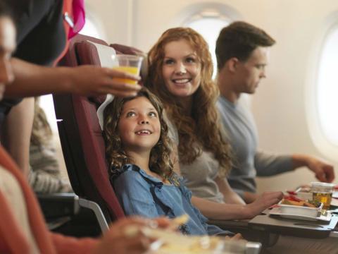 Una cena en un vuelo de Qantas en clase económica.