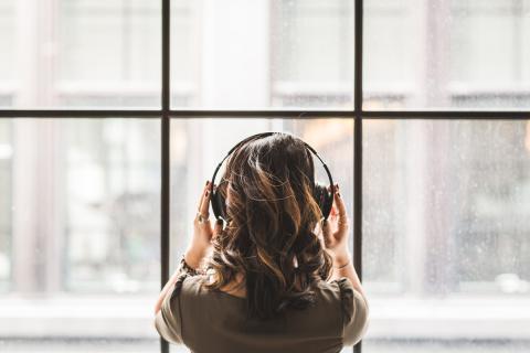 Una chica escuchando música en streaming