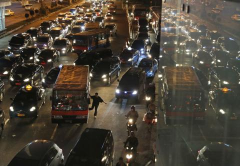 Tráfico por la noche en Yakarta (Indonesia)