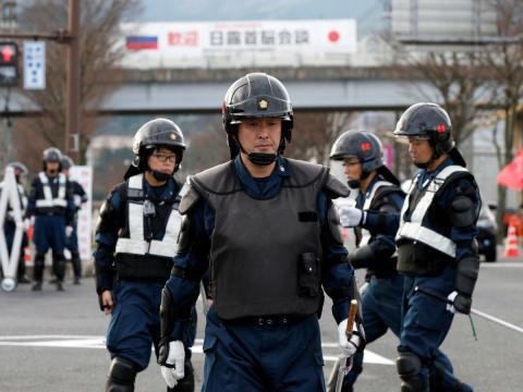 Los agentes de policía en Japón evitan el uso de armas de fuego