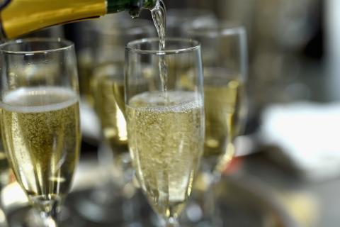 Copas altas de champán en una fiesta en Nueva York en 2016