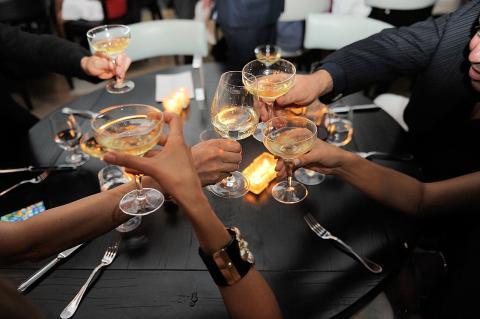 Copas anchas y planas de champan