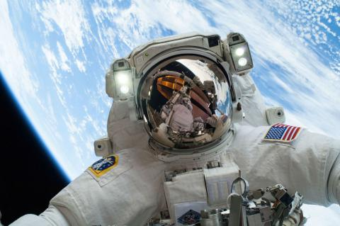 El astronauta de la NASA Mike Hopkins en un paseo espacial durante una misión en la Estación Espacial Internacional. En el momento de la foto, 24 de diciembre de 2013, el salario máximo que un astronauta podía ganar era 93.175 dólares al año.