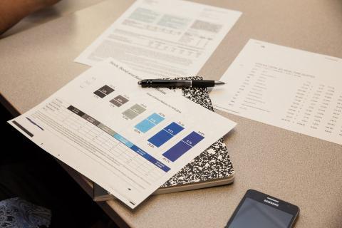 Documentos financieros Presupuesto cuaderno y boligrafo sobre una mesa
